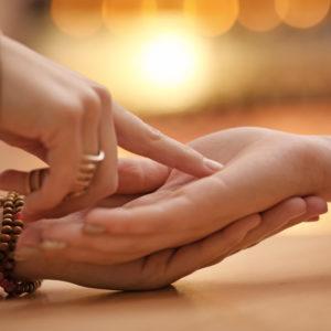 手相はどっちの手を見るの?左右で違う意味と手相占いする際のポイント
